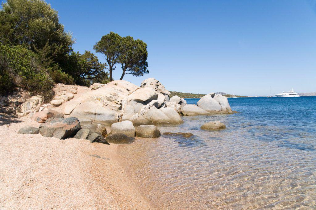 gita in barca alla spiaggia rosa di budelli in sardegna
